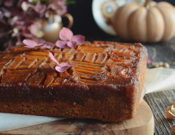 Upside down pumpkin cake with caramel and walnuts, delicious and full of flavours. Great autumn cake
