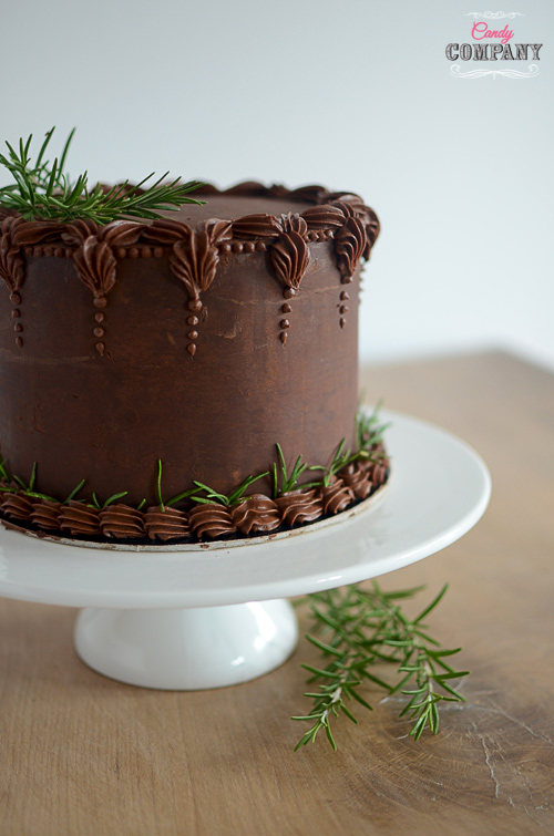 Amazing chocolate cake with crunchy praline layer, very intense chocolate flavor and beautiful buttercream flowers wreath decoration