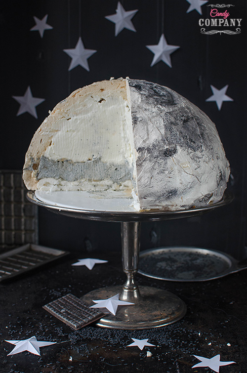 Moon meringue cake with black sesame mascarpone filling