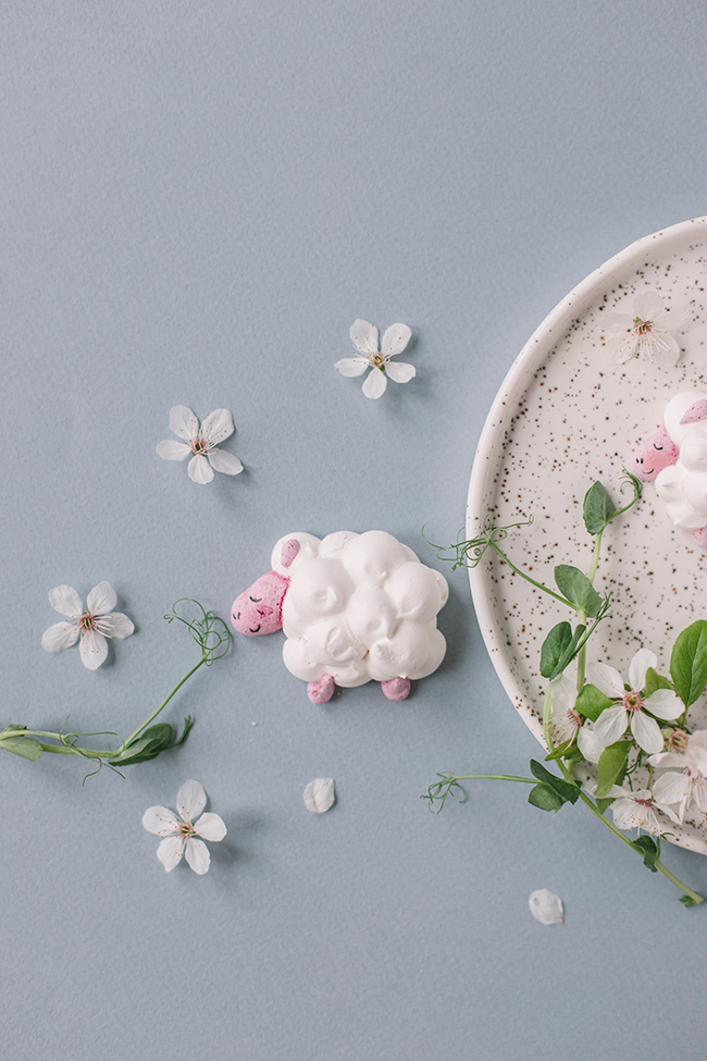 Easter decoration, meringue lamb. Bezowe baranki wielkanocne