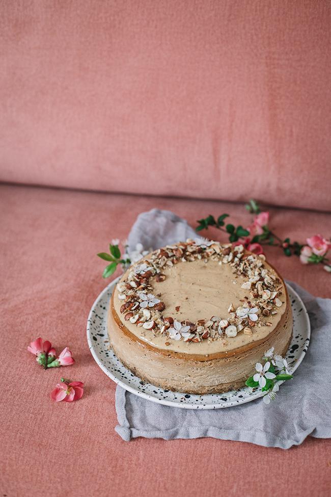 sernik królewski z muscovado, karmelizowaną czekoladą i praliną orzechową